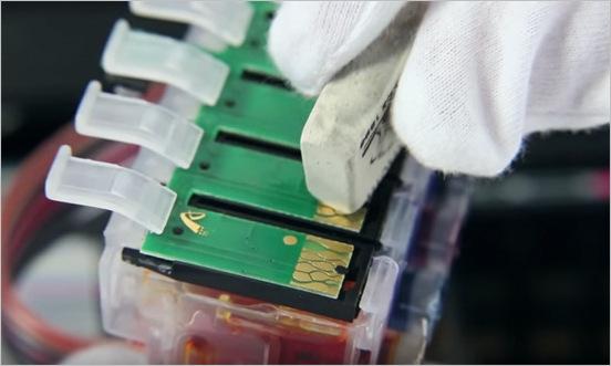 Очистка контактов чипа картриджа