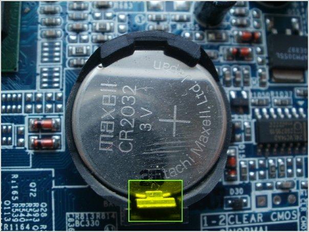 Фиксатор крепления батарейки в батарейном отсеке